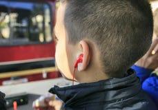 Música que escucha del muchacho con los auriculares Foto de archivo libre de regalías