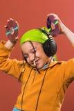 Música que escucha del niño Fotos de archivo libres de regalías