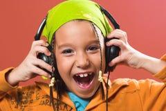 Música que escucha del niño en auriculares Foto de archivo libre de regalías