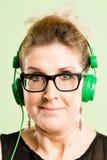Alto fondo del verde de la definición de la mujer de la gente real divertida del retrato foto de archivo