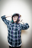 Música que escucha feliz adolescente bastante joven de la mujer Fotos de archivo