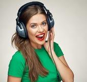 Música que escucha feliz de la mujer joven con los auriculares Fotos de archivo libres de regalías