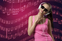 Música que escucha femenina preciosa Imagen de archivo libre de regalías