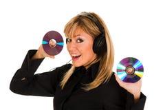 Música que escucha hermosa de la mujer joven en auriculares Foto de archivo