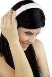 Música que escucha modelo hermosa con los auriculares Imagen de archivo libre de regalías