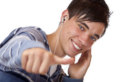 Música que escucha mp3 del adolescente masculino joven Fotografía de archivo libre de regalías