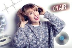 Música que escucha sonriente de la muchacha Imágenes de archivo libres de regalías