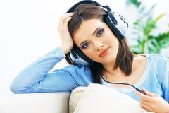 Música que escucha sonriente de la mujer joven Imagen de archivo