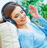 Música que escucha sonriente feliz de la mujer con los auriculares Imágenes de archivo libres de regalías