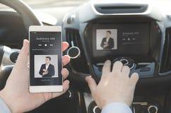 Música que escucha Teléfono elegante conectado con el sistema de audio para el automóvil imagen de archivo libre de regalías