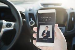 Música que escucha Teléfono elegante conectado con el sistema de audio para el automóvil imagenes de archivo