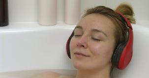 Música que escucha y baño metrajes