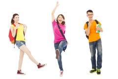Música que escucha y salto de los estudiantes felices Imagenes de archivo