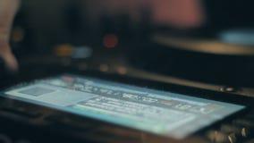 Música que juega y de mezcla de DJ en un club de noche metrajes