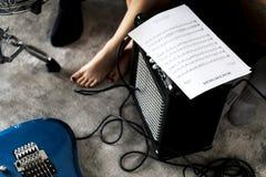 Música que practica con una nota musical Fotografía de archivo libre de regalías