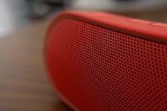 Música que soa em um orador vermelho imagens de stock royalty free