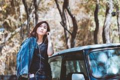 Música que usa de la juventud asiática feliz y que escucha adolescente en el teléfono móvil Fotografía de archivo libre de regalías