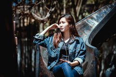 Música que usa de la juventud feliz y que escucha adolescente en smartphone Foto de archivo
