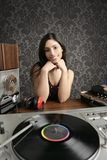 Música retra de la placa giratoria del vinilo de la vendimia de la mujer de DJ Fotografía de archivo libre de regalías