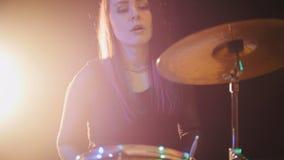 Música rock adolescente - el batería atractivo de la percusión de la muchacha realiza música analiza Imagen de archivo