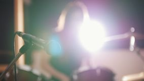 Música rock adolescente - el batería de estrellazo apasionado de la percusión de la muchacha realiza música analiza almacen de metraje de vídeo