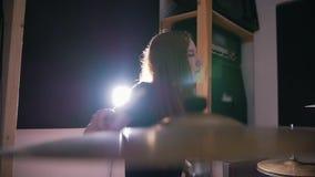 Música rock adolescente - el batería de estrellazo apasionado de la percusión de la muchacha realiza música analiza metrajes