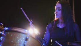 Música rock adolescente - el batería gótico de la percusión de la muchacha realiza música analiza Imagen de archivo libre de regalías