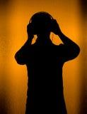 Música - silueta de DJ con el receptor de cabeza Imagen de archivo libre de regalías