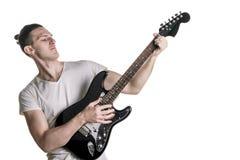 Música y creatividad Hombre joven hermoso en una camiseta que toca una guitarra eléctrica Marco horizontal Fotografía de archivo