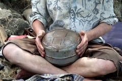 Músico ético con el tambor Glukofon de Hapi Primer, concepto del ethno imágenes de archivo libres de regalías