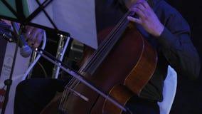 Músico adulto que executa no evento da celebração no restaurante concert filme
