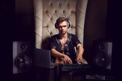 Músico alegre novo considerável DJ nos fones de ouvido Imagens de Stock