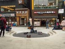 Músico asiático que se realiza en la calle de Hongdae Foto de archivo
