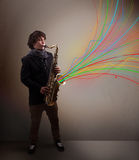 Músico atrativo que joga no saxofone quando sumário colorido Fotografia de Stock