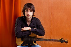 Músico británico de los jóvenes de la mirada de la roca del estallido del indie Imagen de archivo libre de regalías