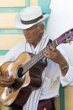 Músico colombiano que juega música en la calle de Salento, Colom Imagen de archivo libre de regalías