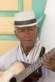 Músico colombiano que juega música en la calle de Salento, Colom Imágenes de archivo libres de regalías