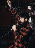 Músico com música do canto da barba e do bigode no karaoke O moderno gosta de cantar na fase Homem com cara entusiástica fotografia de stock