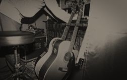 Músico com suas guitarra no ambiente do vintage Fotos de Stock Royalty Free