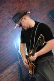 Músico com uma guitarra Fotografia de Stock