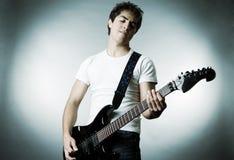 Músico con la guitarra Imágenes de archivo libres de regalías