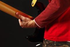 Músico con la guitarra eléctrica en fondo negro Imágenes de archivo libres de regalías