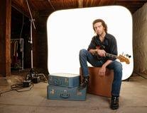 Músico con la guitarra en estudio Fotografía de archivo