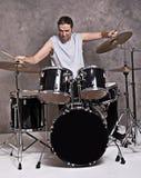 Músico con su sistema del tambor foto de archivo libre de regalías