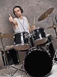 Músico con su sistema del tambor negro fotos de archivo libres de regalías