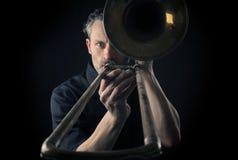 Músico con un trombón imagen de archivo