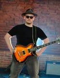 Músico con una guitarra Imagen de archivo libre de regalías