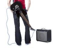Músico con una guitarra en el suyo detrás Imagenes de archivo