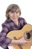 Músico da mulher adulta que levanta com sua guitarra Imagem de Stock