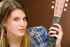 Músico da rocha - guitarra da terra arrendada da mulher da forma Fotos de Stock